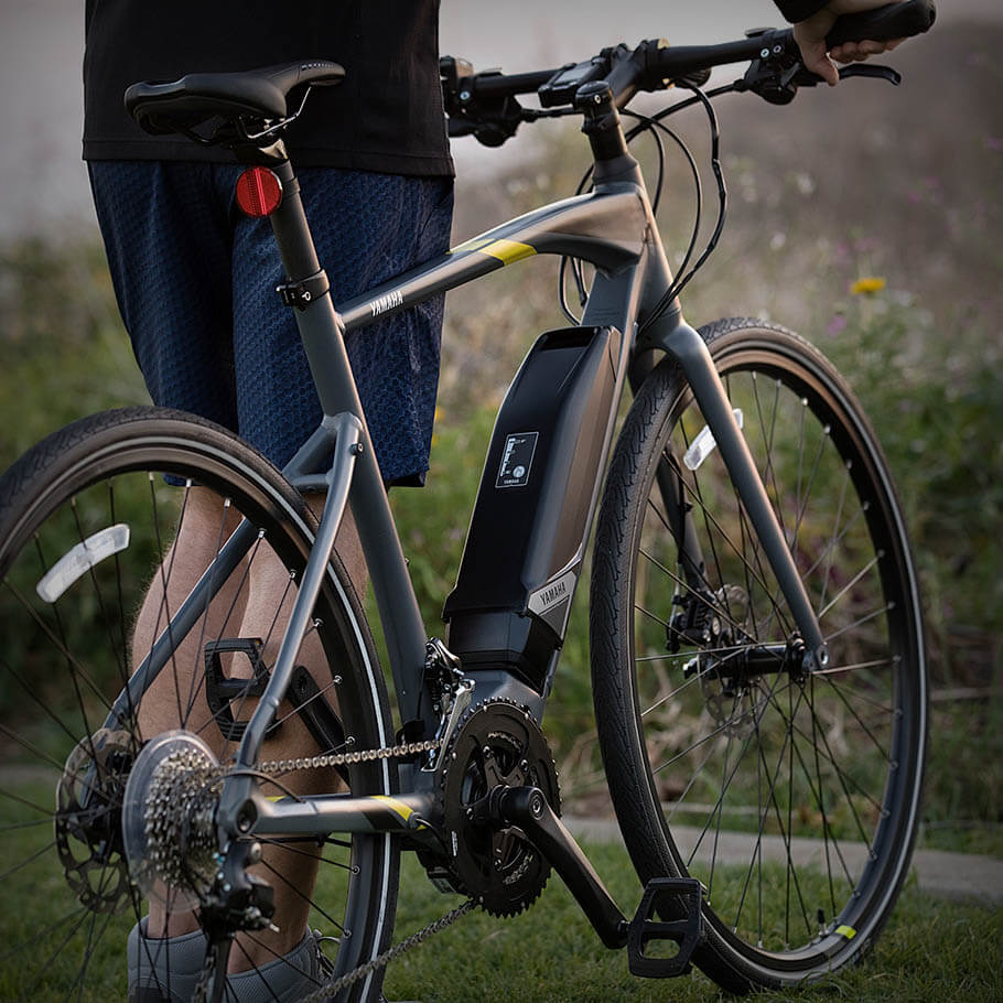 yamaha-ebike-2018-cross-core-gray-yellow-battery-pedal-wheels-detail.jpg