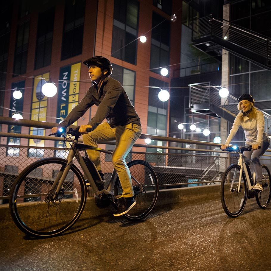 yamaha-power-assist-bike-2018-crosscore-couple-riding-city-night.jpg