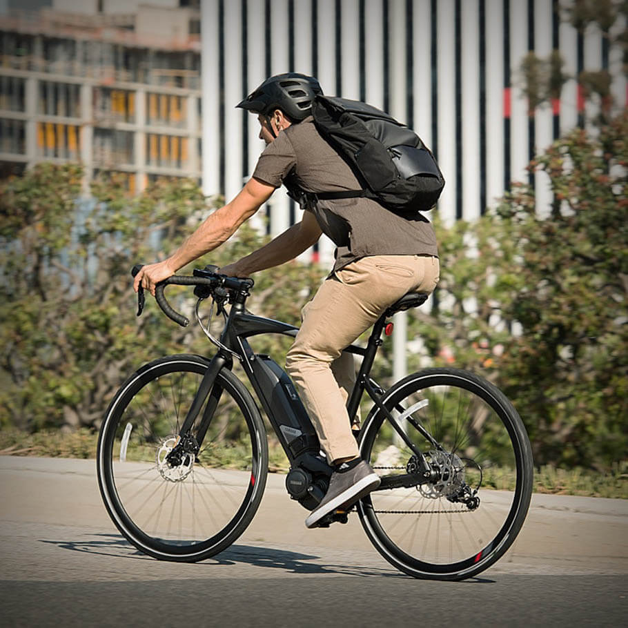 yamaha-ebikes-2018-urban-rush-onyx-black-pedalling-left-side-city.jpg