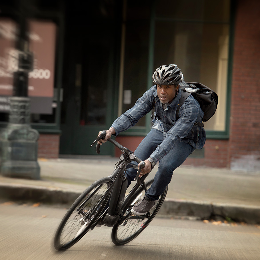 yamaha-power-assist-bike-2018-urbanrush-man-gliding-around-corner.jpg