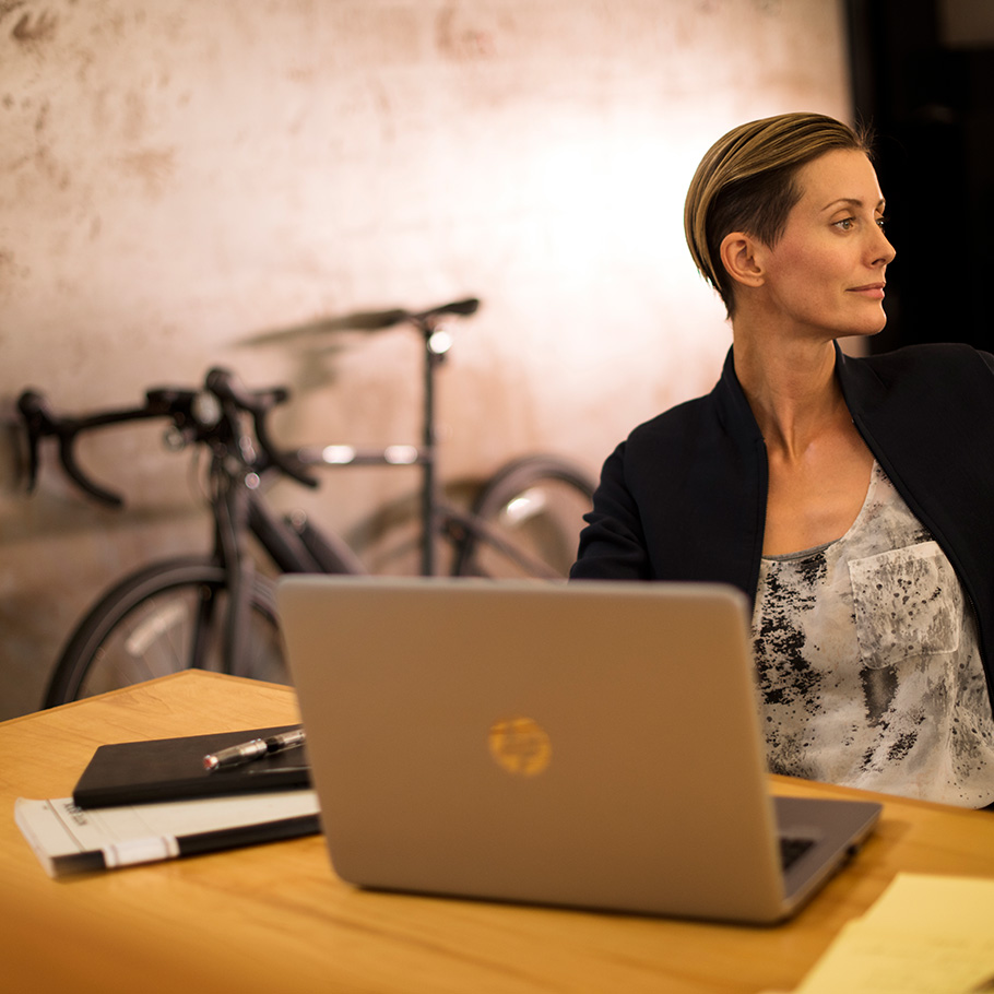 yamaha-power-assist-bike-2018-urbanrush-woman-working-bike-office.jpg